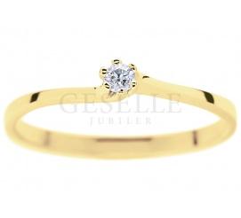 Klasyczny pierścionek na zaręczyny z fantazyjną, giętą szyną - brylant 0,05 ct