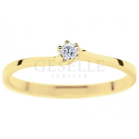 Klasyczny pierścionek na zaręczyny z fantazyjną, giętą szyną - brylant 0.05 ct