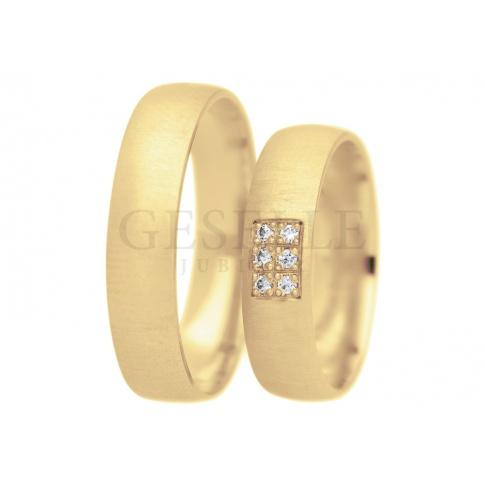 Złote obrączki ślubne z kolekcji True Love - żółte złoto, dekoracyjny mat i ozdobna oprawa sześciu cyrkonii Swarovski ELEMENTS