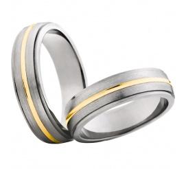 Duet tytanowych obrączek ślubnych z lśniącym pierścieniem z żółtego złota