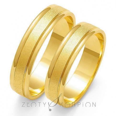 Popularna para obrączek ślubnych z żółtego złota, po środku ozdobiona efektownym matem - szerokość 5mm