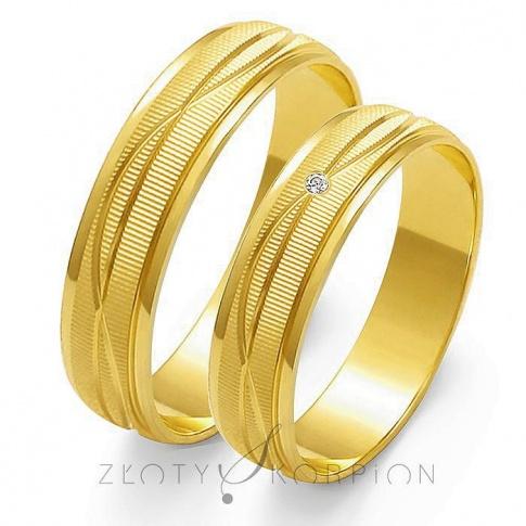 Stylowy komplet obrączek ślubnych z żółtego złota, z subtelnymi falami i efektownym matem, z cyrkonią Swarovski Elements lub brylantem - szerokość 5 mm