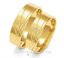 Klasyczna para obrączek ślubnych z żółtego złota z ozdobnymi liniami oraz cyrkonią Swarovski Elements lub brylantem