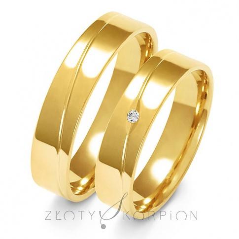 Klasyczny komplet obrączek ślubnych z żółtego złota z efektowną linią oraz olśniewajacą cyrkonia Swarovski Elements lub wiecznym brylantem