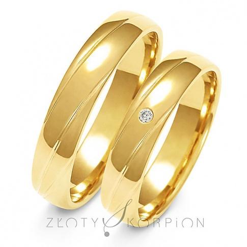 Wyjątkowa para obrączek ślubnych z żółtego złota z ozdobnymi żłobieniami oraz cyrkonianią lub brylantem - szerokość 4,5 mm