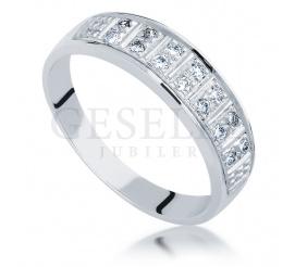 Nowoczesny złoty pierścionek zaręczynowy z czternastoma brylantami o masie 0.01 ct - idealny jako obrączka ślubna