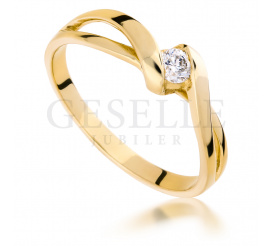 Delikatny i subtelny złoty pierścionek zaręczynowy z brylantem o masie 0.10 ct