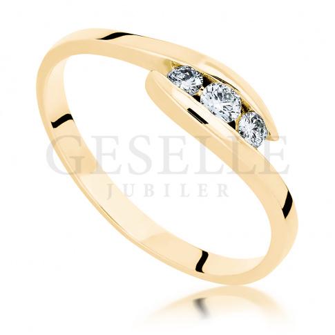 Niezwykły złoty pierścionek zaręczynowy z trzema brylantami o łącznej masie 0.15 ct