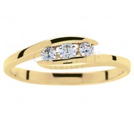Niezwykły złoty pierścionek zaręczynowy z trzema brylantami o łącznej masie 0,15 ct