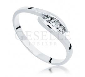 W romantycznym stylu - elegancki pierścionek z białego złota z trio wiecznych brylantów o masie 0.15 ct