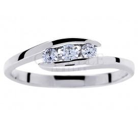 W romantycznym stylu - elegancki pierścionek z białego złota próby 585 z trio wiecznych brylantów o masie 0.15 ct