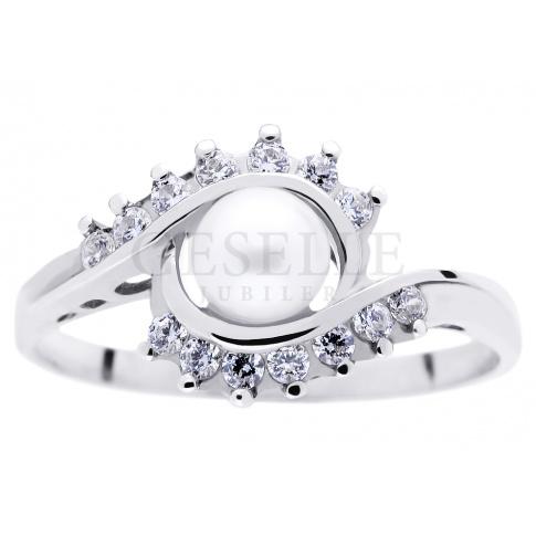 Elegancki pierścionek z białego złota w stylu retro z perłą hodowlaną i cyrkoniami