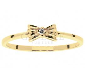 Śliczny, dziewczęcy pierścionek Kokardka z lśniącym brylantem o masie  0.01 ct