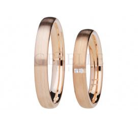 Minimalistyczny komplet obrączek z różowego złota z duetem brylantów na matowym tle - kolekcja GESELLE Jubiler You&Me