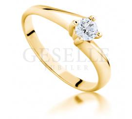 Wyjątkowy pierścionek zaręczynowy w rozmiarze 14 ze złota pr. 585 z certyfikowanym brylantem o masie 0,22 ct i pięknej barwie E