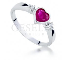 Uroczy pierścionek zaręczynowy z rubinowym sercem i brylanty w białym złocie próby 585