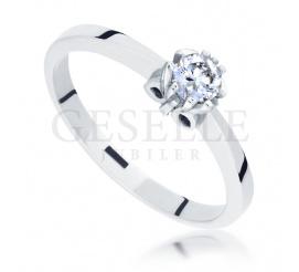 Elegancki pierścionek zaręczynowy w klasycznym stylu - wieczny brylant i pełen blasku kruszec
