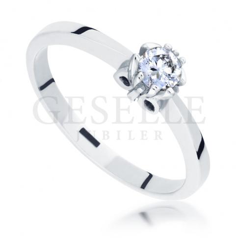 Elegancki pierścionek zaręczynowy w klasycznym stylu - wieczny brylant 0.15 ct i pełen blasku kruszec