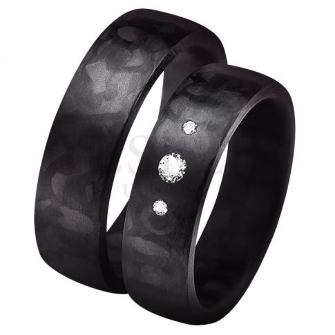 Jedyne w swoim rodzaju obrączki ślubne powstałe z połączenia innowacyjnego materiału - włókna węglowego z blaskiem białych cyrkoni Swarovski Elements