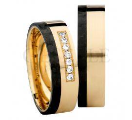 Pełen blasku sznur cyrkoni Swarovski Elements zatopiony w otoczeniu zółtego złota próby 585 (14K) i czarnego karbonu - elegancki i nowoczesny projekt obrączek ślubnych