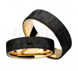 Wyjatkowy komplet ultranowoczesnych obrączek ślubnych powstałych z połączenia karbonu i złota próby 585 - całość kompozycji zwieńczona została czarnymi cyrkoniami Swarovski Elements