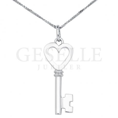 Urocza zawieszka w kształcie kluczyka wykonana z białego złota w próbie 585