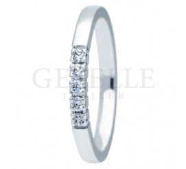 Elegancki pierścionek zaręczynowy ESSENCE II z białego złota próby 585 z lśniącymi brylantami