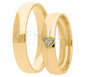 Wyjatkowy duet klasycznych obraczek ślubnych wykonany z żółtego złota z symbolem miłości - sercem wypełnionym brylantami