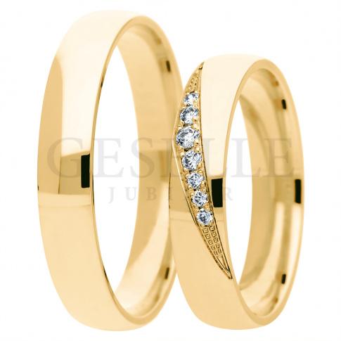 ccbe0ed10230c0 Duet klasycznych obrączek ślubnych wykonany z żółtego złota zwieńczony  wstęgą kamieni w oprawie jubilerskiej - Obrączki ślubne - GESELLE Jubiler