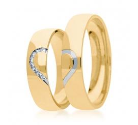 Para klasycznych obrączek ślubnych wykonanych z żółtego złota z motywem połówek serca