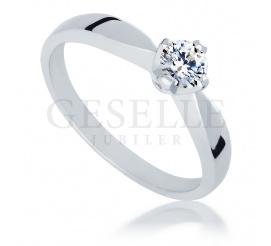 Ponadczasowy pierścionek zaręczynowy wykonany z białego złota próby 585 z wyjątkowym brylantem 0,30 ct