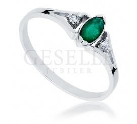 Oryginalny złoty pierścionek zaręczynowy - szmaragd w towarzystwie brylantów