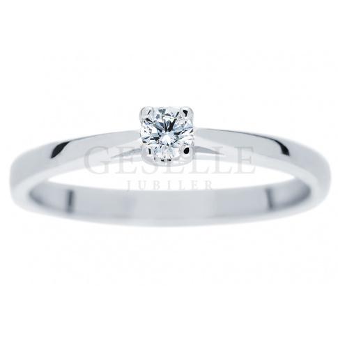 Nowoczesny pierścionek z motywem serca o masie 0,10 ct