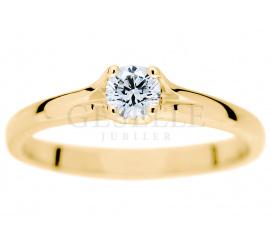Klasyczny pierścionek w romatycznej oprawie z sercem z brylantem 0,20 ct GESELLE Jubiler