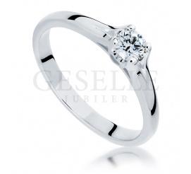 Przyciągający uwagę pierścionek z romantycznym sercem z brylantem 0,20ct