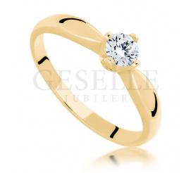 Ponadczasowy, klasyczny pierścionek zaręczynowy ze złota z brylantem 0.25 ct