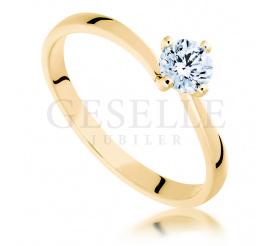 Zjawiskowy pierścionek z żółtego złota pr. 585 z olśniewającym brylantem 0,45 ct