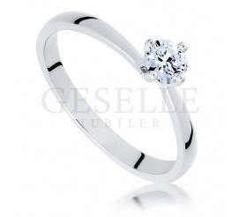 Urzekający pierścionek zaręczynowy z pełnym blasku brylantem o masie 0,30 ct z białego złota