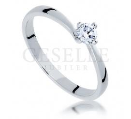 Wyjątkowy pierścionek zaręczynowy z brylantem o masie 0,20 ct z białego złota 14-karatowego