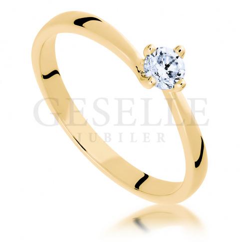 Jedyny w swoim rodzaju pierścionek zaręczynowy z żółtego złota z brylantem 0,20 ct w nowoczesnej oprawie