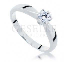 Ponadczasowy pierścionek wykonany z białego złota 14-karatowego z olśniewającym brylantem 0,25 ct