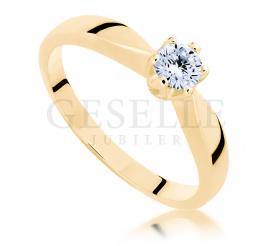 Stylowy i ponadczasowy pierścionek zaręczynowy wykonany z żóltego złota pr. 585 z brylantem o masie 0,30 ct