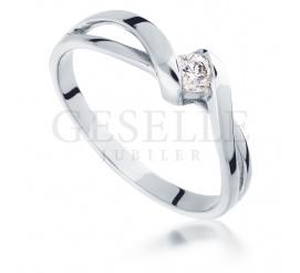 Modny pierścionek zaręczynowy z wiecznym brylantem o masie 0,10 ct z białego złota próby 585