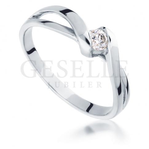 Modny pierścionek zaręczynowy z wiecznym brylantem o masie 0,10 ct z białego złota