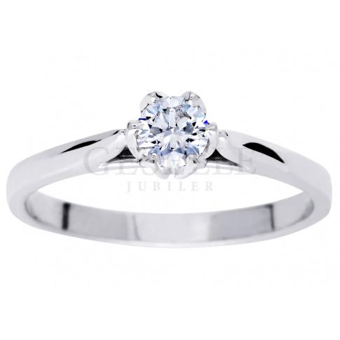 Uroczy i ponadczasowy pierścionek z białego złota z brylantem 0,25 ct