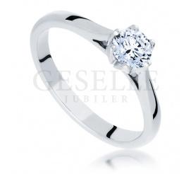 Doskonały pierścionek zaręczynowy w klasycznym stylu - zjawiskowy brylant i pełen blasku kruszec