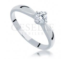 Klasyczny i ponadczasowy pierścionek z brylantem o masie 0,25 ct wykonany z białego złota w próbie 585
