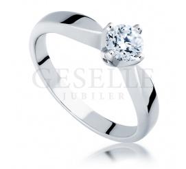 Przepiękny i ponadczasowy pierścionek z brylantem o masie 0,45 ct w klasycznej oprawie wykonany z białego złota w próbie 585