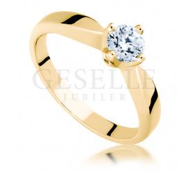 Idealny na zaręczyny pierścionek z brylantem o masie 0,45 ct wykonany z żółtego złota w próbie 585