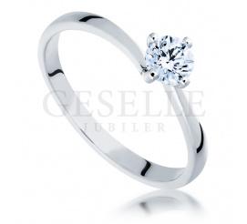 Elegancki pierścionek z wiecznym brylantem o masie 0,50 ct wykonany z białego złota próby 585